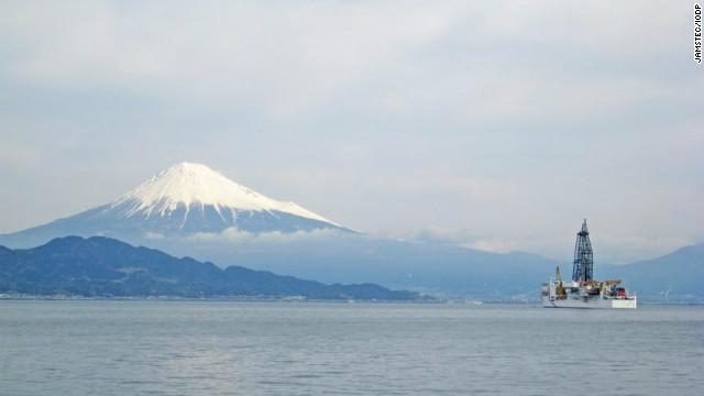 El barco de perforación 'Chikyu', ante el monte Fuji...