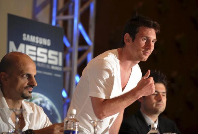 Leo Messi, junto a Guillermo Marín (izquierda) durante una rueda de...