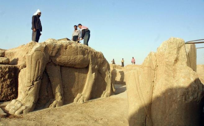 Trabajos de limpieza en los yacimientos de Nimrud, en 2001.