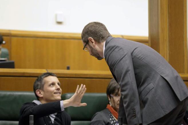 El alcalde de Vitoria, Javier Maroto, charla con el parlamentario de...