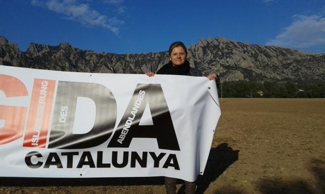 La portavoz de Pegida con una de las pancartas del movimiento