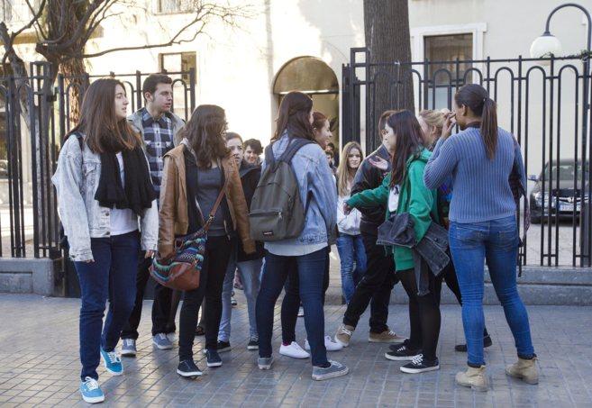 Un grupo de alumnos de Secundaria a las puertas de su instituto en...
