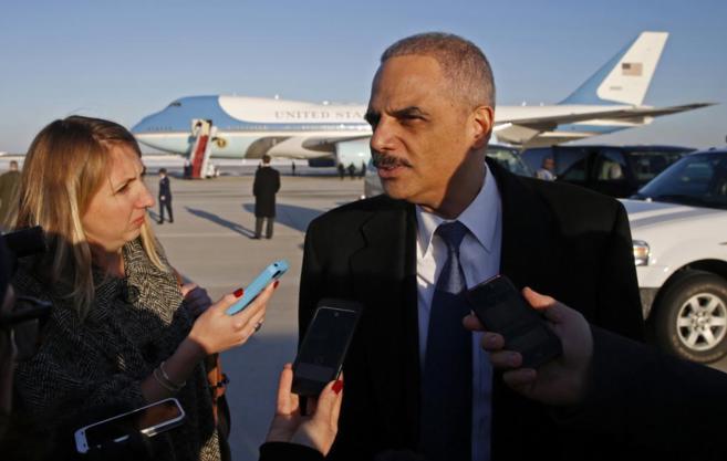 Eric Holder es preguntado por la prensa tras descender del Air Force...