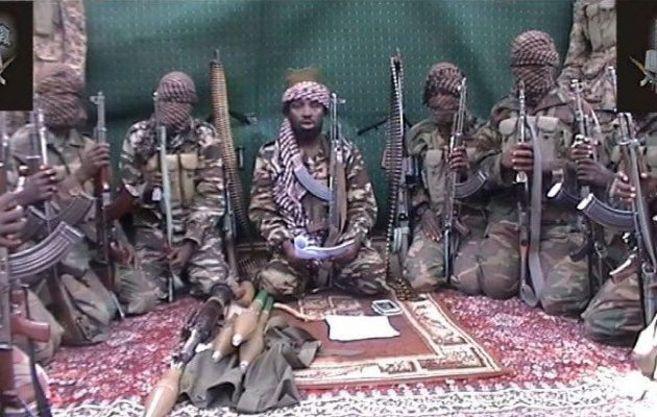 Abubakar Shekau, en el centro, líder de la secta Boko Haram.