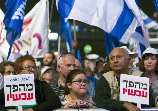 Un grupo de seguidores de Meir Dagan asiste a un mitin en la Plaza de...