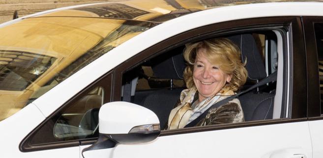 Esperanza Aguirre, ayer, a las puertas de su domicilio, en Madrid.