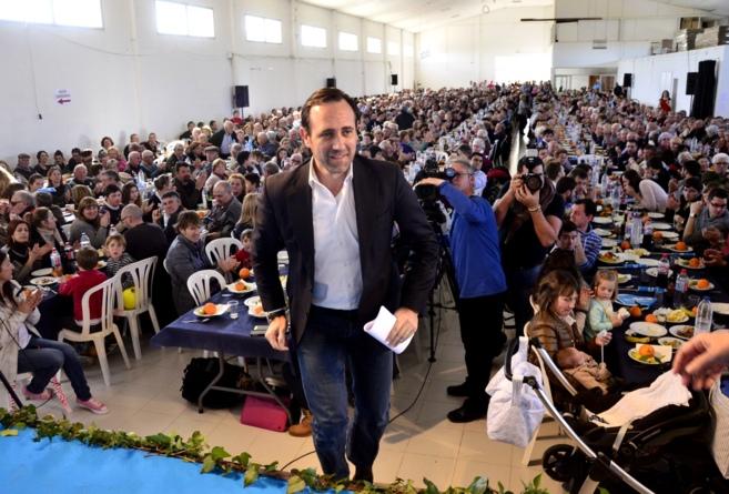 El president José Ramón Bauzá subiendo al estrado ayer en Campos.