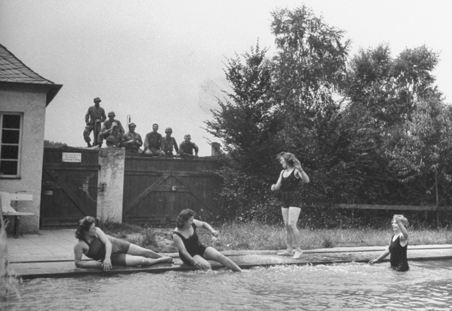 Julio de 1945. Soldados de EEUU acechan a mujeres alemanas.