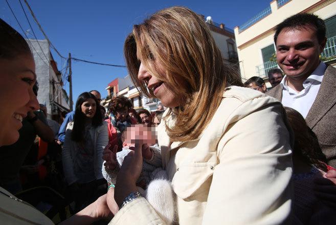 La candidata del PSOE, Susana Díaz, con un bebé en los brazos en El...