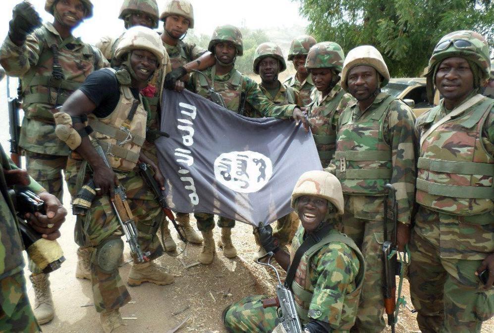 Las tropas chadianas posan con una bandera capturada a Boko Haram en...
