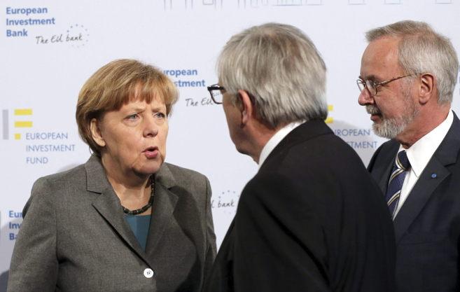 Angela Merkel conversa con Jean-Claude Juncker ante la atenta mirada...
