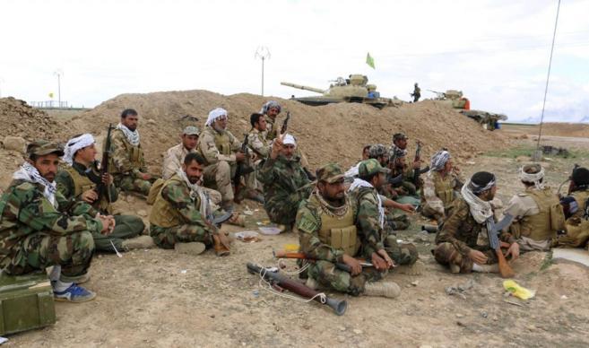 Un grupo de soldados iraquíes, en un descanso en su ofensiva contra...