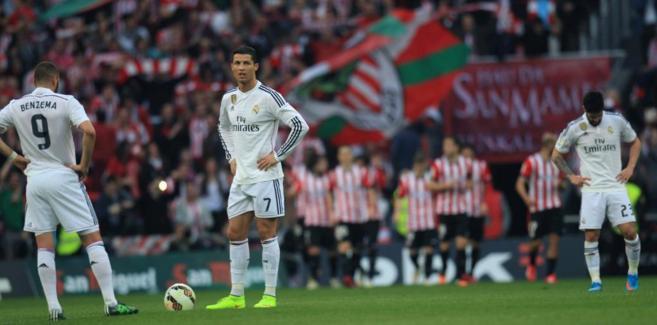 Cristiano y Benzema se disponen a sacar de centro tras el gol de...