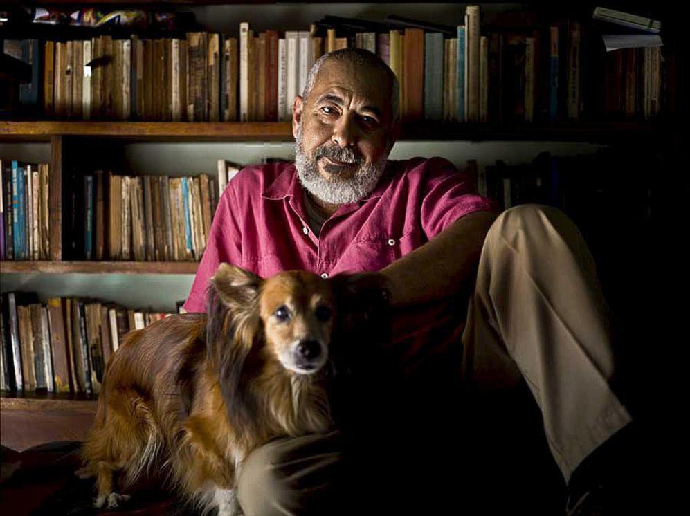 Leonardo Padura, fotografiado en el estudio de su casa en La Habana.