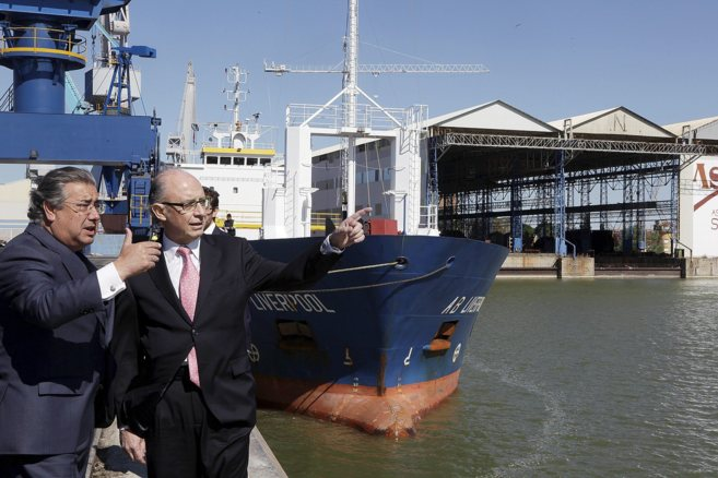 Zoido y el ministro Montoro, durante una visita a las instalaciones...