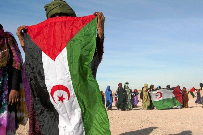 Refugiadas saharauis se manifiestan en uno de los campamentos de...