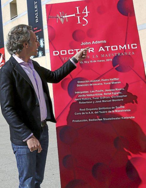 Pedro Halfter señala el cartel de la ópera 'Doctor...