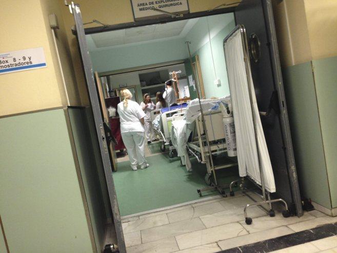 Varios trabajadores de un hospital durante su jornada de trabajo.