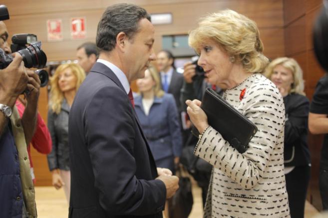 Íñigo Henríquez de Luna charla con Esperanza Aguirre, en una imagen...