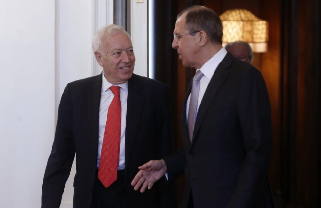 El ministro de Exteriores ruso, Lavrov (dcha), recibe a su homólogo...