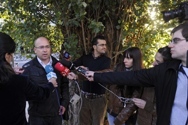 Alfredo de Miguel atiende a los medios de comunicación antes de...