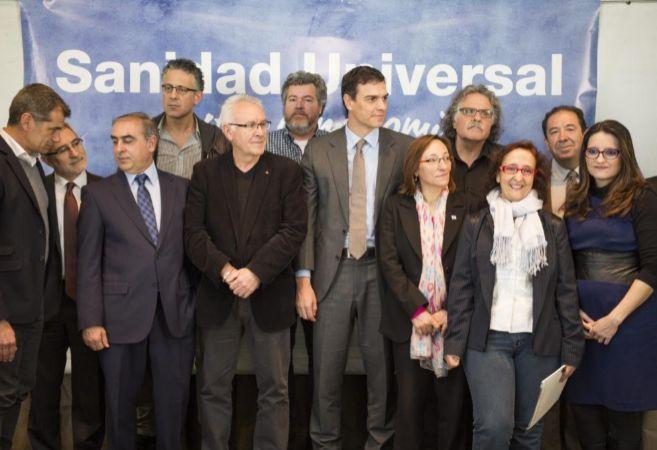 Foto de familia de los asistentes al acto por la Sanidad Universal