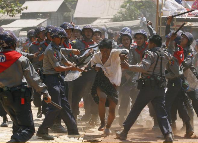La policía golpea a un manifestante durante las protestas en...