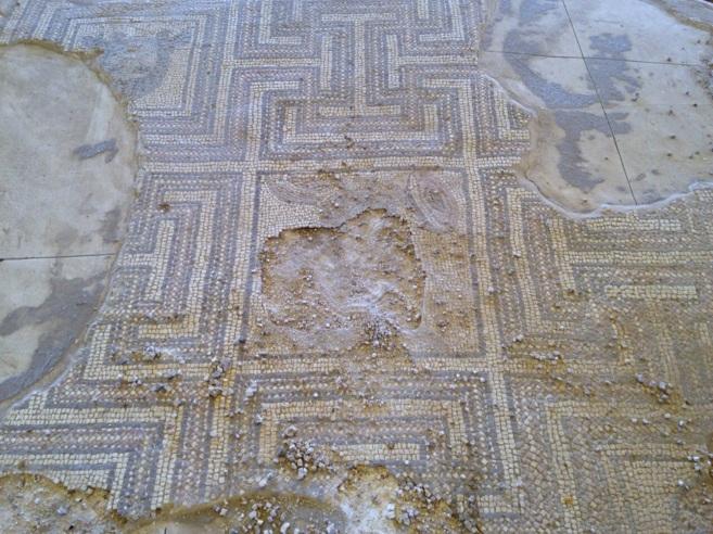 Destrozos en el mosaico romano de Écija, en el yacimiento de Plaza de...