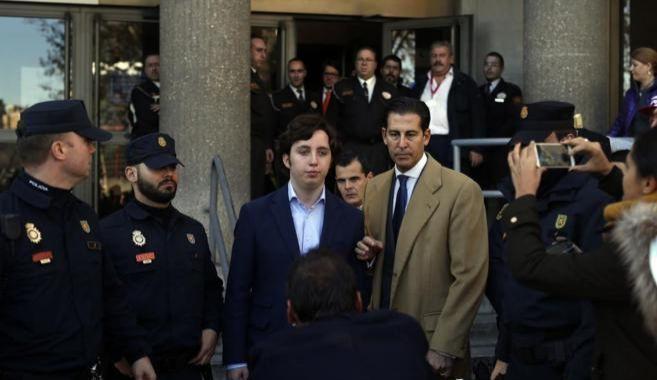 Francisco Nicolás acompañado de sus abogados a su salida de los...
