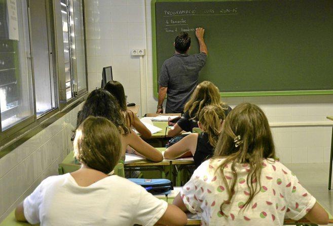 Un profesor dando clase en el instituto de Marratxí.