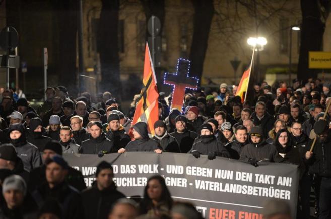 Varios simpatizantes del movimiento Pegida se manifiestan en Dresde.
