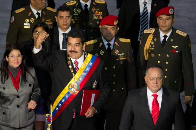 l presidente venezolano, Nicolás Maduro, acompañado de su esposa...