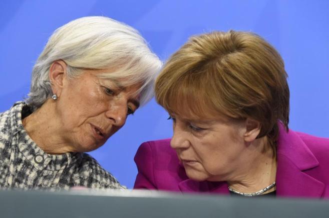 La directora gerente del FMI, Christine Lagarde, junto a Angela Merkel...