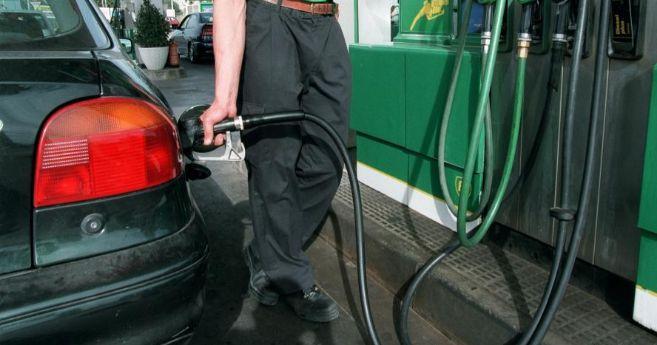 Usuario llenando el depósito de gasolina