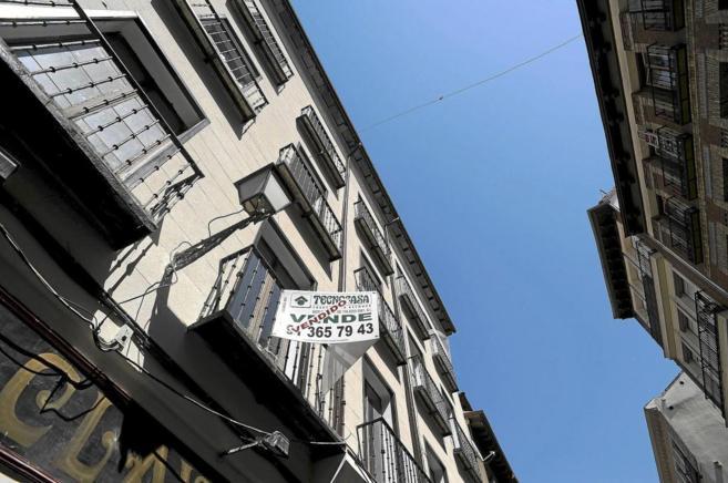 Imagen de archivo de un piso en Madrid con el cartel de...