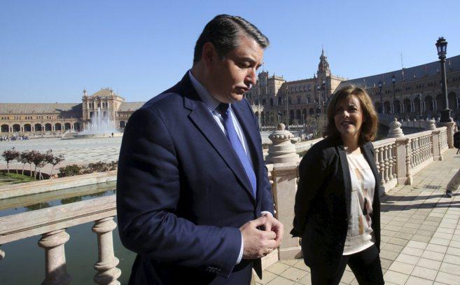 Antonio Sanz, acompañado por la vicepresidenta del Gobierno Soraya...
