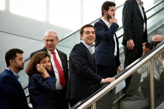 Alexis Tsipras, primer ministro griego, junto a Ángel Gurría,...