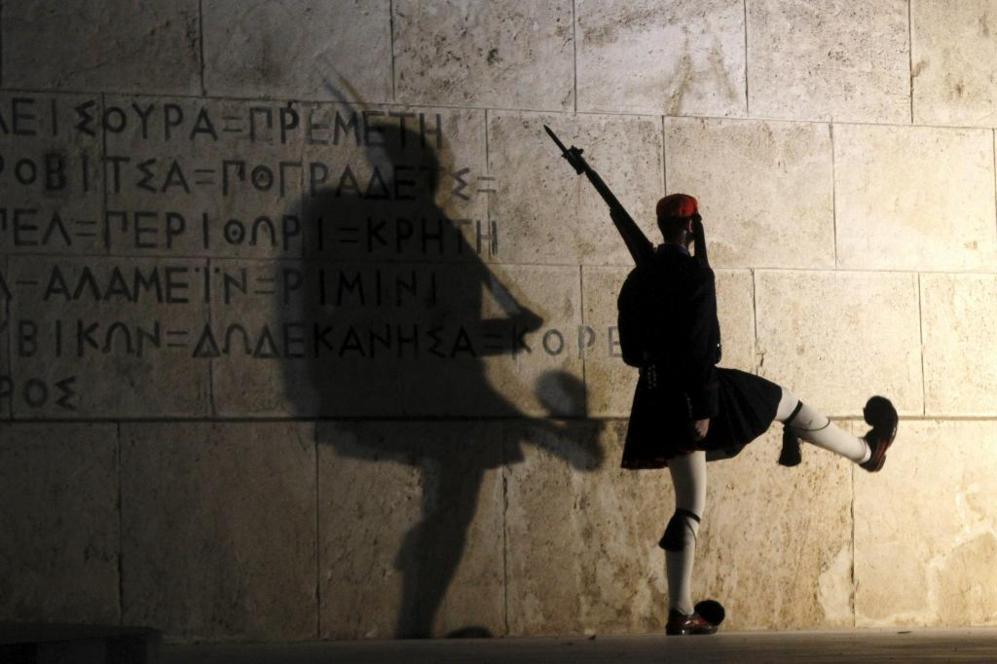 Un soldado griego realiza el cambio de guardia frente al parlamento...