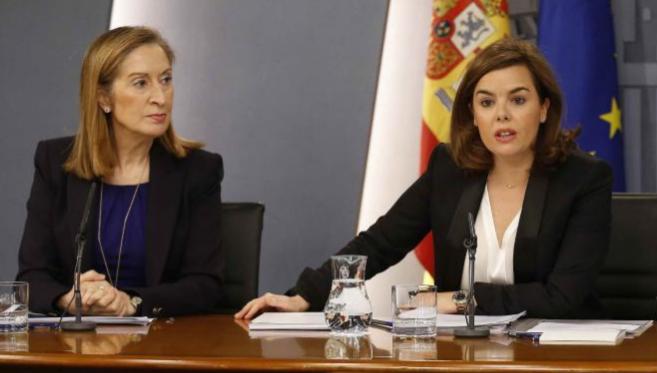 A la izquierda, la ministra de Fomento y responsable de Vivienda, Ana...