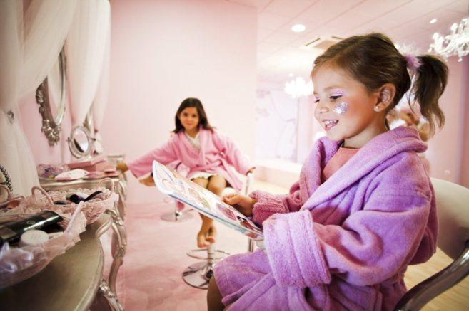 Unas niñas eligen maquillaje en un salón de la empresa Princelandia.
