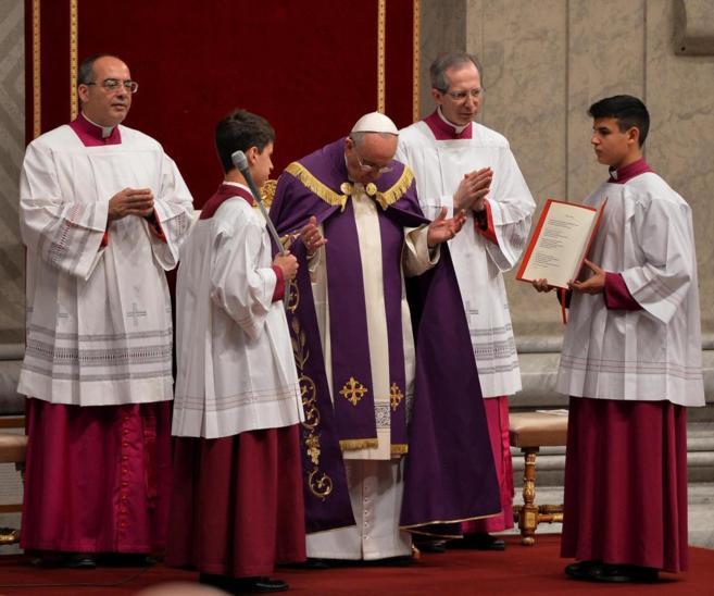 El papa Francisco, durante la celebración de la penitencia en la...
