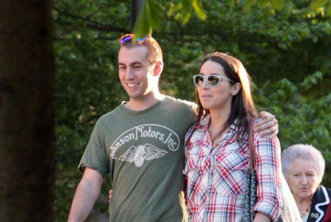 Alejandra Romero Suárez pasea junto a su pareja, Álvaro...