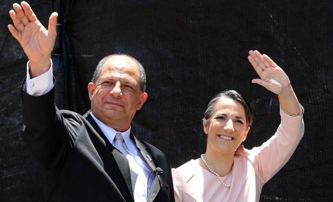 Mercedes Peñas Solís y su pareja Luis Guillermo Solís en su...