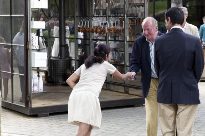 El Rey Juan Carlos saluda a una dependienta de la tienda de morcillas...