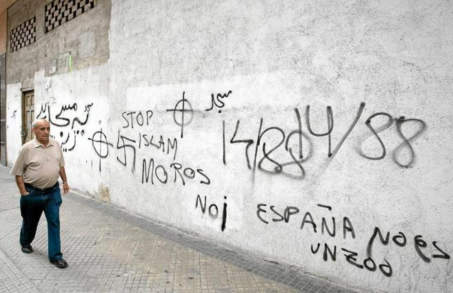 Pintadas contra el Islam en una pared de Vitoria.