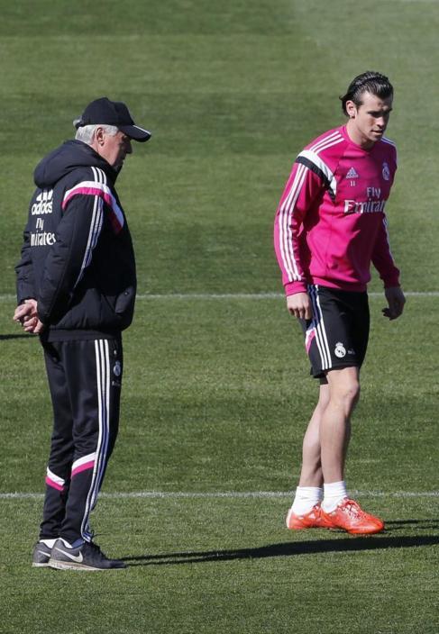 Carlo Ancelotti, al lado de Bale.