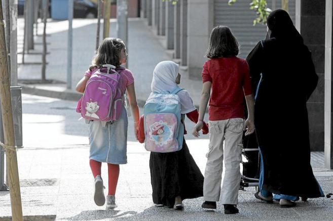 Una familia musulmana se dirige al colegio en Gerona.