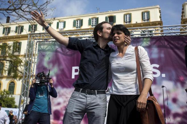 Pablo Iglesias besa ayer a Teresa Rodríguez en el mitin de Podemos en...