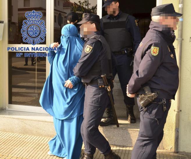 Una de las ocho personas detenidas el viernes acusadas de pertenecer a...