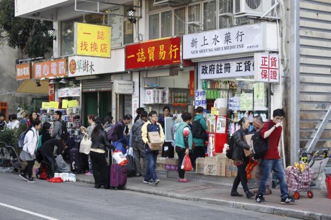 Compradores chinos se abastecen en una tienda de Hong Kong.